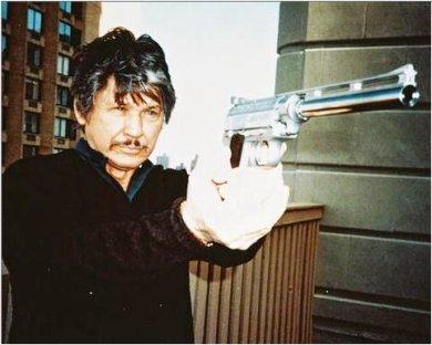 Charles Bronson pistolón en mano