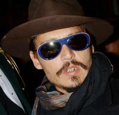 Johnny Deep firma autógrafos con gafas en plan Willy Wonka