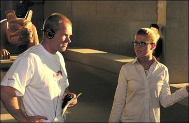 Uwe Boll con Tara Reid en el rodaje de Alone in the dark