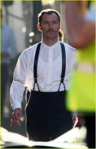 Jude Law con Watson en el set de rodaje de Sherlock Holmes #6